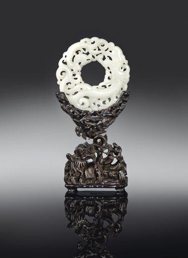 Disque en jade blanc ajouré, époque Qianlong. De 80 000 à 120 000 euros. Christie's, 11 juin.