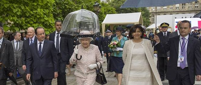 Anne Hidalgo et la reine d'Angleterre. L'une tient son parapluie, l'autre pas, mais ce n'est pas celle qu'on croit.