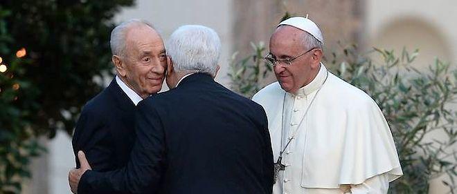 Le leader palestinien Mahmoud Abbas et le président israélien Shimon Peres se sont étreints dimanche dernier au Vatican, en présence du pape François.