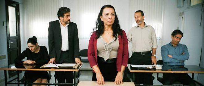 """Menashe Noy, Ronit Elkabetz, Sasson Gabai et Simon Abkarian dans """"Le Procès de Viviane Amsalem"""" de Ronit Elkabetz."""