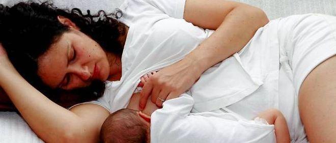 Jeune maman allaitant son bébé de 10 jours (photo d'illustration).