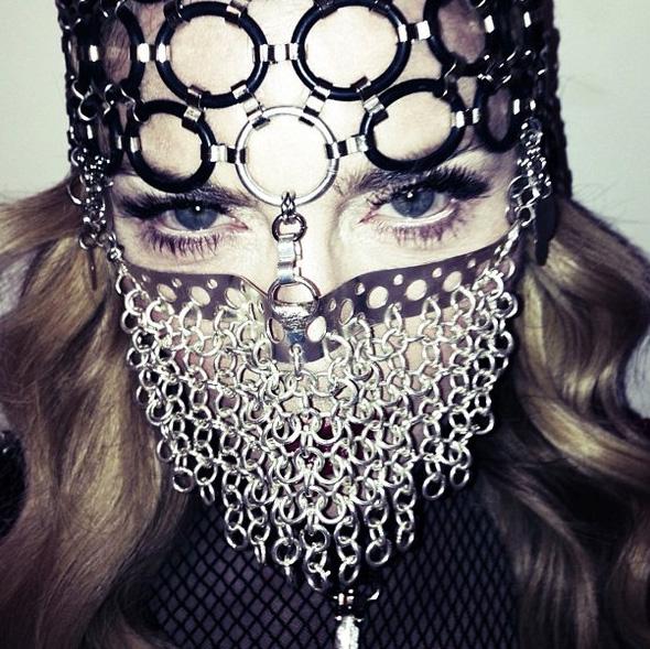 Madonna portant un étrange masque (photo postée par la star sur Instagram) ©  Instagram