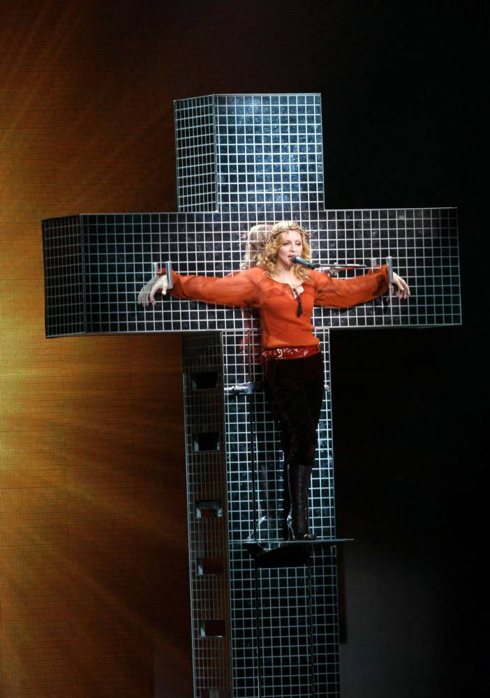 Madonna sur une croix lors d'un concert au Madison Square Garden en 2006 ©  Rex Features/REX/SIPA