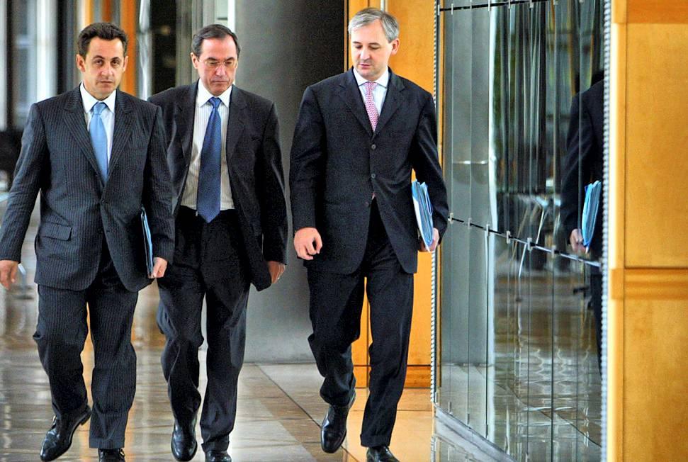 En 2004, Nicolas Sarkozy, ministre de l'économie, en compagnie de Claude Guéant et François Pérol ©  AFP