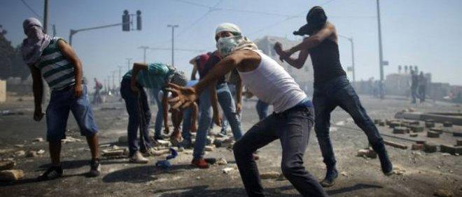 Des manifestants palestiniens jettent des pierres sur la police israélienne.