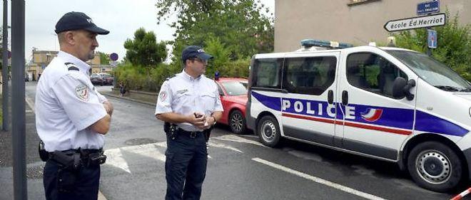 Des policiers à proximité de l'école Édouard-Herriot d'Albi, où une institutrice a été mortellement poignardée par la mère d'une élève.