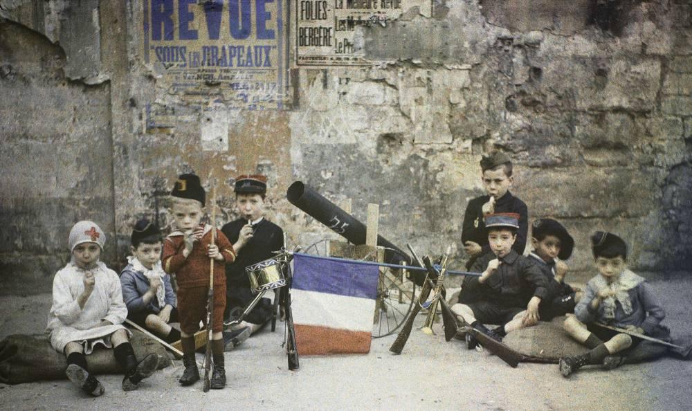 Léon Gimpel, Les enfants et la guerre : les troupes prennent un repos bien gagné tout en savourant les sucres d'orge distribués par l'opérateur, Paris, 5 septembre 1915. Autochrome. ©  Rencontres Arles