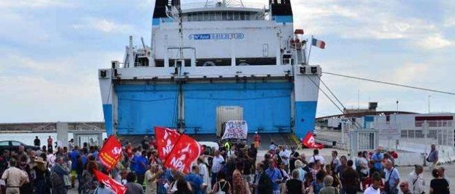 À Marseille, les grévistes marins de la SNCM et les membres des organisations syndicales bloquent l'entrée d'un bateau de la compagnie la Méridionale depuis le 24 juin dernier.
