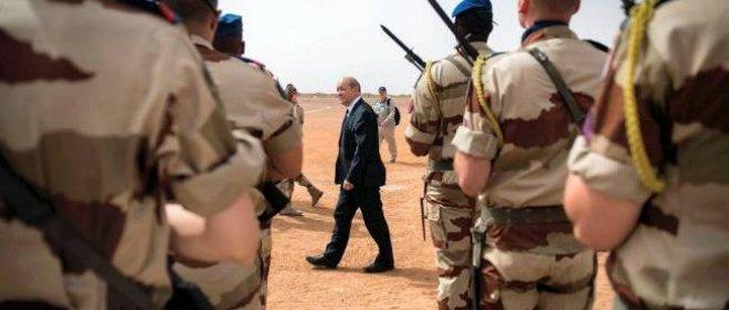 Jean-Yves Le Drian inspecte les forces françaises de l'opération Serval au mali en avril 2013.