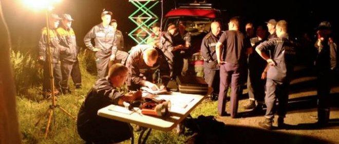 Une équipe de secouristes sur les lieux du crash, jeudi soir.