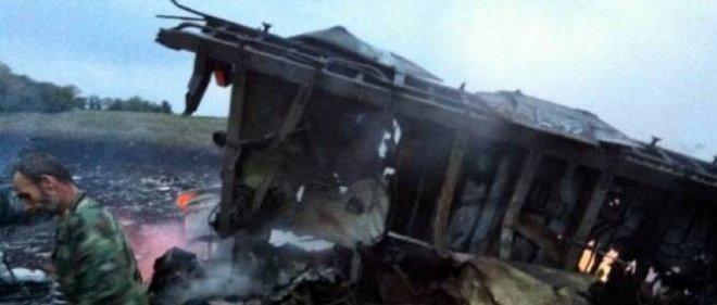 L'avion de ligne malaisien parti d'Amsterdam pour Kuala Lumpur, abattu par un missile selon des responsables américains, s'est écrasé jeudi dans l'est de l'Ukraine.