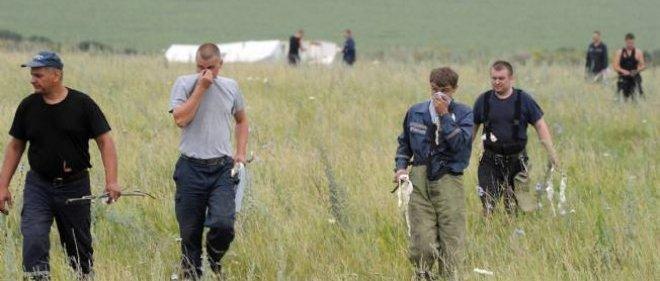 Des enquêteurs sur le lieu du crash de l'avion ukrainien, vendredi matin.