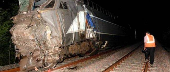 Un agent SNCF s'approche d'un des trains impliqués dans l'accident du jeudi 17.