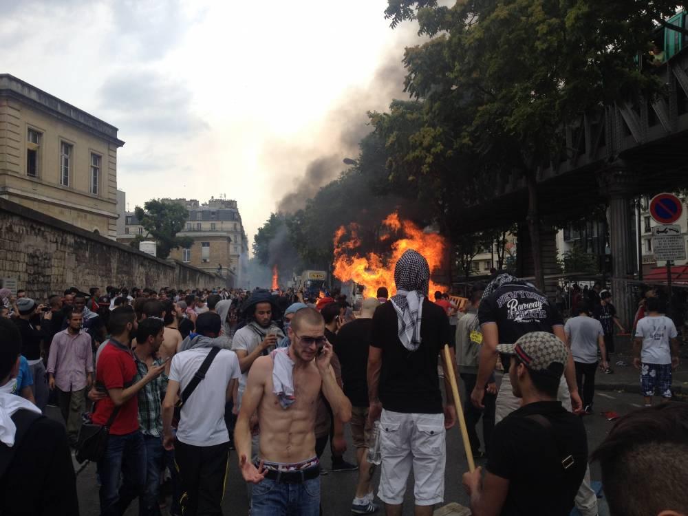 Les manifestants érigent des barricades enflammés ©  Nicolas Guégan