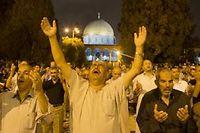 Des Palestiniens prient devant le dôme du rocher, à Jérusalem, dimanche soir. ©Ahmad Gharabli