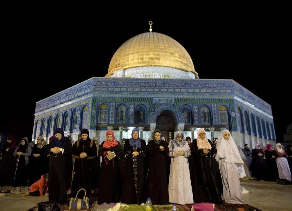Des femmes palestiniennes prient devant la Mosquée Al-Aqsa de la vieille ville de Jérusalem le 23 juillet ©  AHMAD GHARABLI / AFP