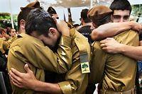 Des soldats israéliens au cimetière militaire de Jérusalem lors des funérailles de leur camarade Max Steinberg, 24 ans, originaire des États-Unis. ©MENAHEM KAHANA / AFP