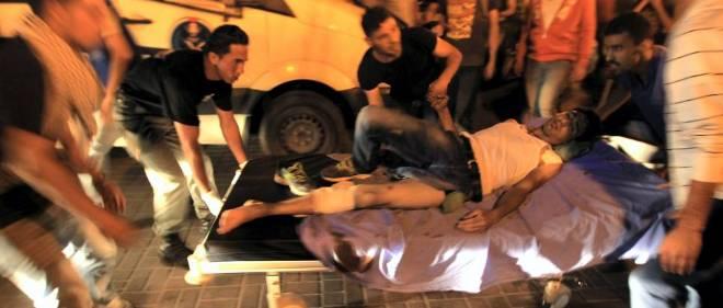 Un Palestinien est évacué vers l'hopital de Ramallah pendant la manifestation qui a vu 10 000 Palestiniens de Cisjordanie protester contre la guerre menée à Gaza. Bilan : 2 morts.