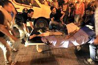 Un Palestinien est évacué vers l'hopital de Ramallah pendant la manifestation qui a vu 10 000 Palestiniens de Cisjordanie protester contre la guerre menée à Gaza. Bilan : 2 morts. ©Abbas Momani