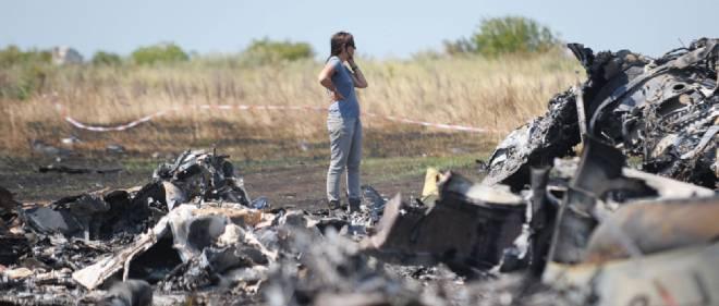 Une femme sur le site du crash de l'avion de la compagnie Malaysia Airlines en Ukraine.