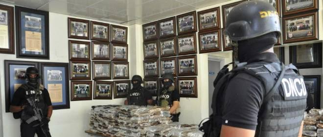 Photographie prise par la DNDCD, service antidrogue dominicain, des valises de cocaïne saisies dans le Falcon 50.