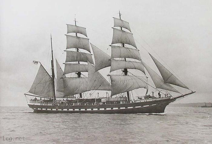 Sous le pavillon anglais, le Belém est transformé en yacht de plaisance : des petites barres de télégraphe apparaissent au sommet du grand mâts. ©  lcg.net