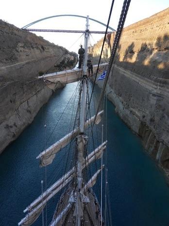 """Les stagiaires du """"Belémé, aujourd'hui bateau école, vivent l'expérience complète de la navigation à bord d'un vieux gréement. Ici le 21 mai 2014 dans le Canal de Corinthe ©  Fondation Belém"""