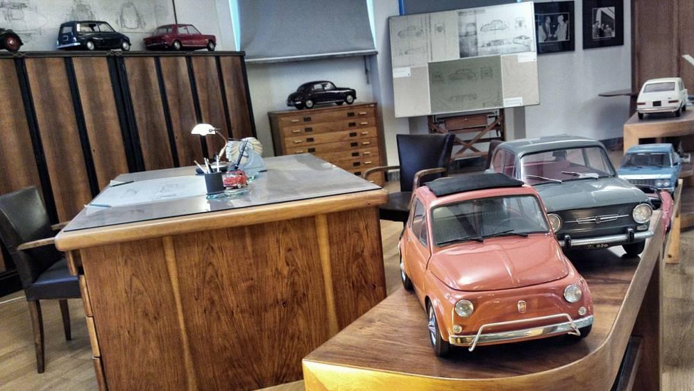 Le bureau du designer Dante Giacosa et quelques unes de ses réalisations ©  Fiat