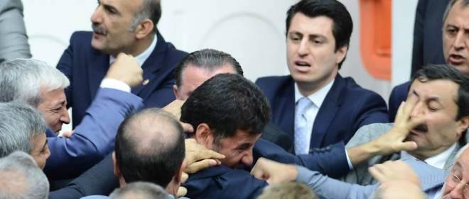 La séance a été levée devant l'intensité des coups échangés entre majorité et opposition.