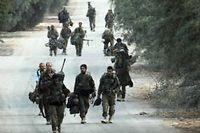 Des soldats israéliens se retirent de la bande de Gaza le 5 août. ©David Buimovitch/AFP