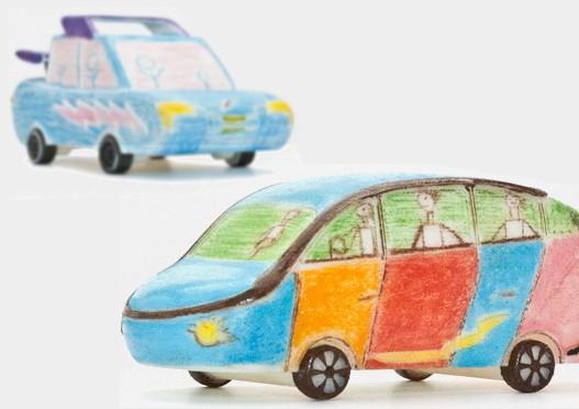 Les enfants lauréats du concours BMW reçoivent un exemplaire de la voiture qu'ils ont dessinée, devenue objet. ©  Shapelize!