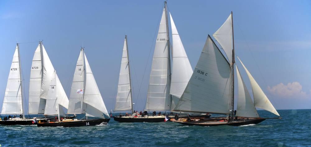 """Le """"Pen Duick"""" qui mène la danse devant """"Pen Duick II, III et VI"""", à Saint-Quay-Pontrieux, en 2013, pour les 40 ans de navigation de la lignée des Pen Duicks ©  Sailing France"""