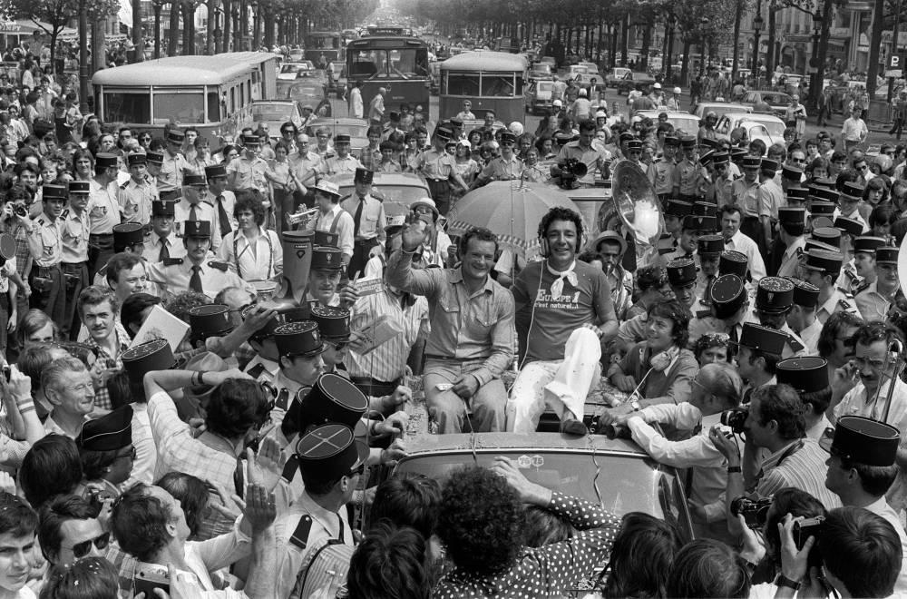 Eric Tabarly est acclamé sur les Champs-Elysées après sa deuxième victoire de la Transatlantique Anglaise en 1976. ©  DR