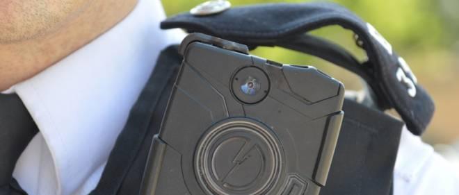 Une minicaméra accrochée à l'épaule d'un policier londonien.