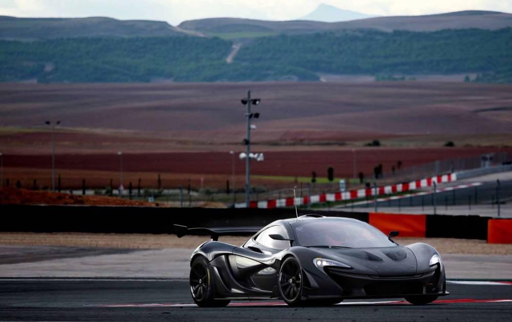 La P1 GTR reçoit des attributs aérodynamiques beaucoup plus spectaculaires que ceux du modèle de route pour augmenter ses performances dans le cadre d'une utilisation sur circuit. ©  MCLAREN