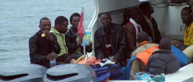 Des migrants africains après avoir été secourus par les gardes-côtes tunisiens. Photo d'illustration.