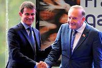 La chaleureuse poignée de main entre  Manuel Valls et le patron des patrons Pierre Gattaz à l'issue du discours du Premier ministre. ©ERIC PIERMONT / AFP