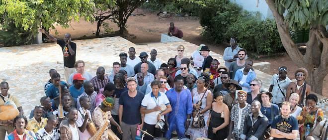 Damon Albarn du groupe Blur (casquette) et les  artistes participant à l'album Africa Express.