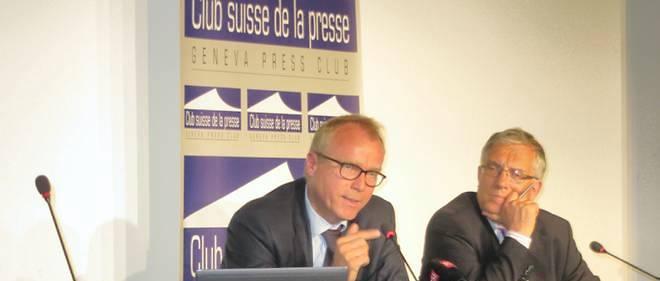 L'ambassadeur Valentin Zellweger, chef de la direction du droit international au ministère des Affaires étrangères, ici à gauche, au Club suisse de la presse à Genève.