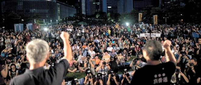 Benny Tai (à droite) et Chu You Ming (à gauche)les deux leaders du mouvement Occupy Central haranguent la foule devant le siège du gouvernement de Hong Kong le 31 août.