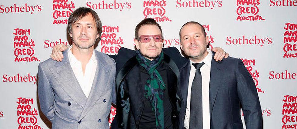 Marc Newson (à gauche) aux côtés du chanteur Bono et de Jonathan Ive.
