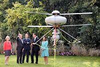 François Hollande se fait présenter le drone à décollage vertical, mardi matin, dans les jardins de l'Elysée. ©PATRICK KOVARIK