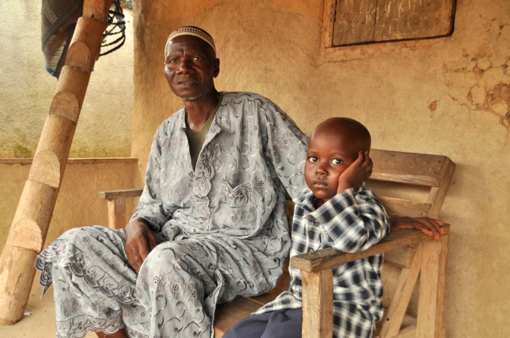 Varlee Telleh, 60 ans, est un survivant, tout comme son fils Losene, 4 ans. Sa femme est morte, de même que deux autres de leurs enfants © Claire Meynial