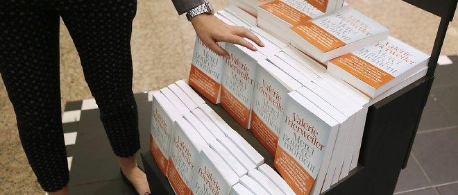 """Plusieurs exemplaires du livre de Valérie Trierweiler """"Merci pour ce moment""""."""