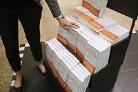 Plusieurs exemplaires du livre de Valérie Trierweiller