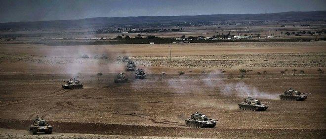 Des tanks turcs prennent position le long de la frontière avec la Syrie. Jeudi, Ankara se prononcera sur sa contribution, ou non, à la coalition.