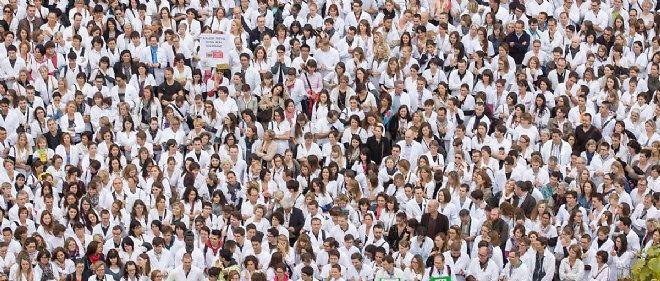 Les parapharmaciens venus manifester à Lyon, mardi, en face de la faculté de pharmacie.
