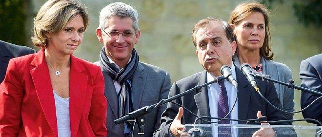 Alors qu'il intervient lors d'un meeting à l'île Saint-Germain, Roger Karoutchi devrait se trouver en formation à Levallois-Perret. Une absence bien calculée.