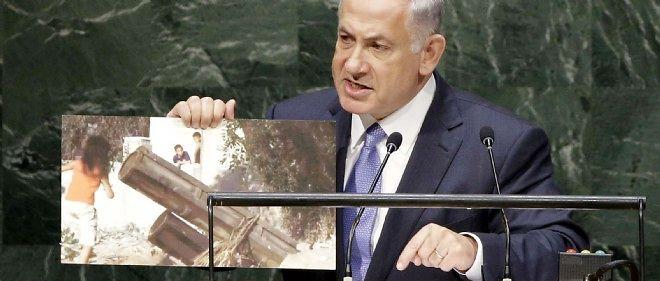 """Le Premier ministre israélien Benyamin Netanyahou brandit à la tribune de l'ONU une photo représentant selon lui des enfants jouant près de rampes de roquettes du Hamas pour réaffirmer que le mouvement islamiste """"se sert de boucliers humains""""."""