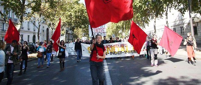 Plusieurs centaines d'intermittents du spectacle ont manifesté contre la nouvelle convention d'assurance chômage à Paris.